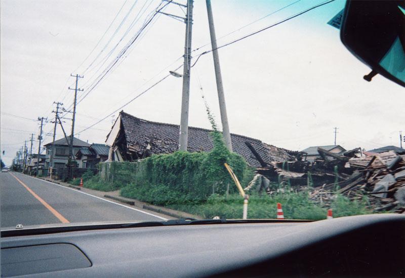 沿道には倒れた家屋が数軒