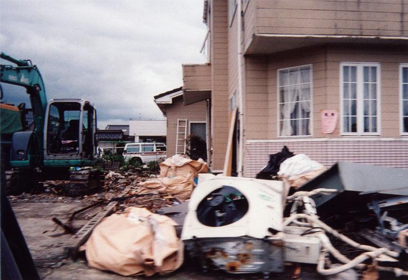 家の前には壊れた家財道具